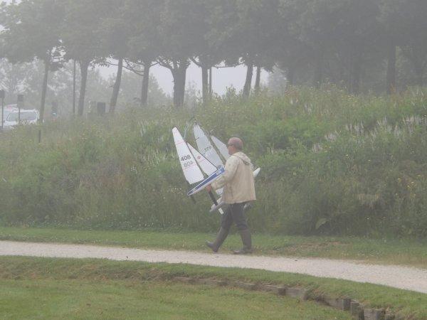 Arrivée d'un participant dans le brouillard