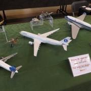 Au centre et à droite deux avions de la compagnie aérienne