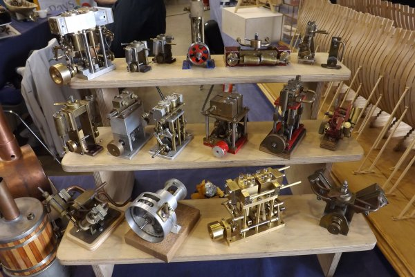 Bel ensemble de moteurs à vapeur