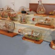 Belle brochette de bateaux en bouteilles