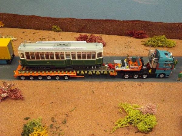 Camion de transport avec un tramway