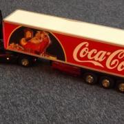 Camion Mercedes Actros avec sa remorque d'une célèbre marque de soda