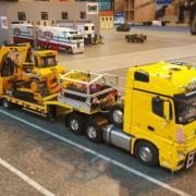 Camion Mercedes transport d'engins de TP