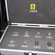 Coffret des logos de la marque Renault de 1900 à 2004