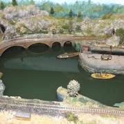 Diorama animé avec écluse fonctionnelle et bateau navigant