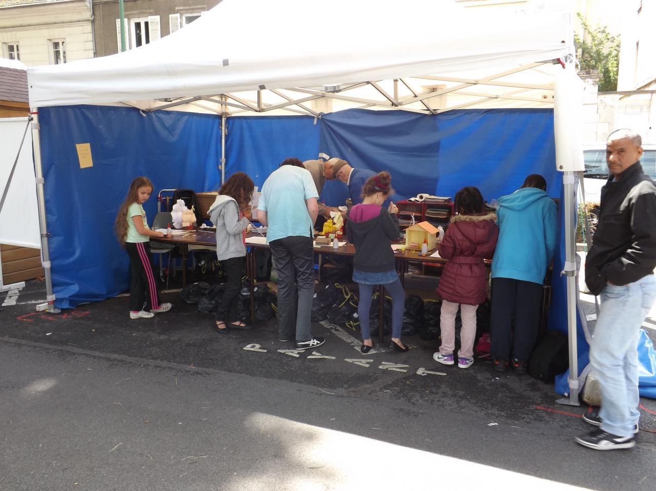 Construction de maquettes en carton sur le stand du M C Meaux
