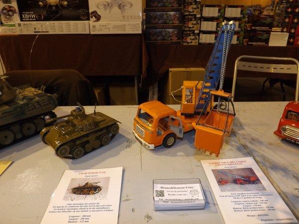 Jouets anciens char Tchad et camion grue