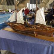 """Le """"Gulnare"""" de Pascal est un bateau à roues à aubes latérales vapeur en bois de poirier"""