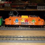 Locomotive diésel aux couleurs M&M's