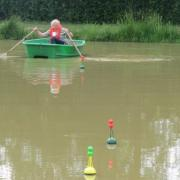 Mise en place des bouées pour le parcours de navigation