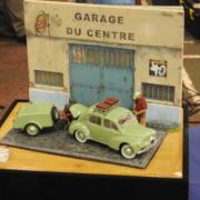 Nostalgie Le Garage du Centre avec une Renault 4CV