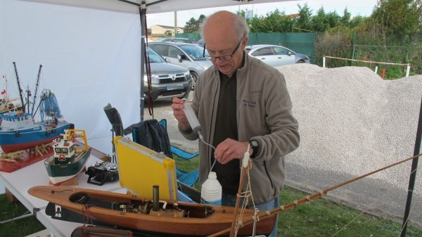 Préparation d'une maquette à vapeur avant navigation