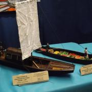 Toue cabanée des pays de Loire et barque à cornée d'Amiens