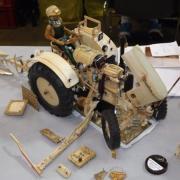 Tracteur avec faucheuse en bois l'ensemble est fonctionnel réalisation de