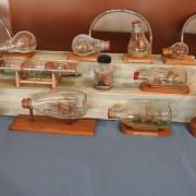 Très beau stand de bateaux en bouteilles
