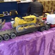 Un bulldozer sur sa remorque