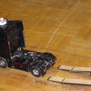Un Mercedes Actros descendant de sa remorque de transport