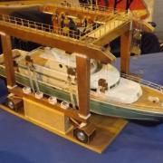 Un Pégasus III sur son portique de mise à l'eau