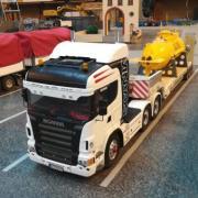 Un Scania avec sur sa remorque le Galathée