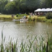 Vue sur le ponton de mise à l'eau et les barnums