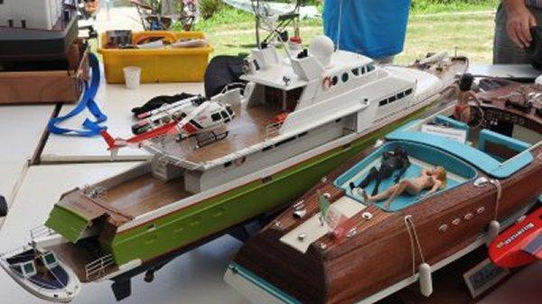 """Yacht de luxe le """"Pégasus III"""" (modifié) et un """"Riva"""""""