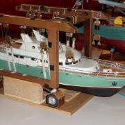 Yacht sur son portique de mise à l'eau